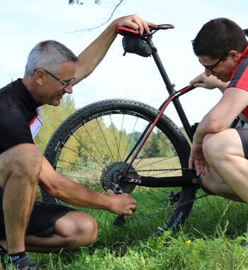 Simon erklärt einem Teilnehmer das Bikefitting
