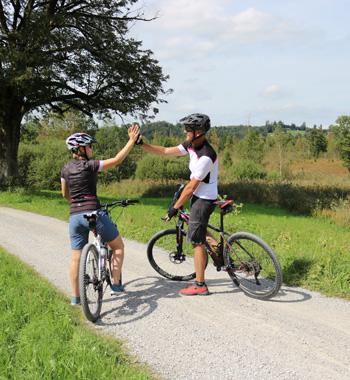 zwei Biker klatschen sich ab