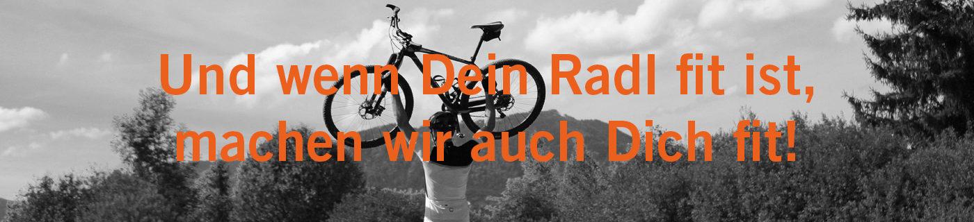 Fahrradfahrer hebt sein Fahrrad in die Höhe